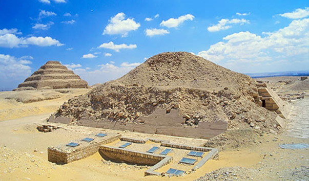 Рисунок 7.6. Пирамиды долины Саккара: ступенчатая пирамида Джосера на заднем плане и пирамида Униса на переднем.